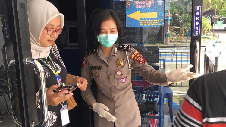 Pemohon SIM Satpas Ketapang Diwajibkan Cuci Tangan