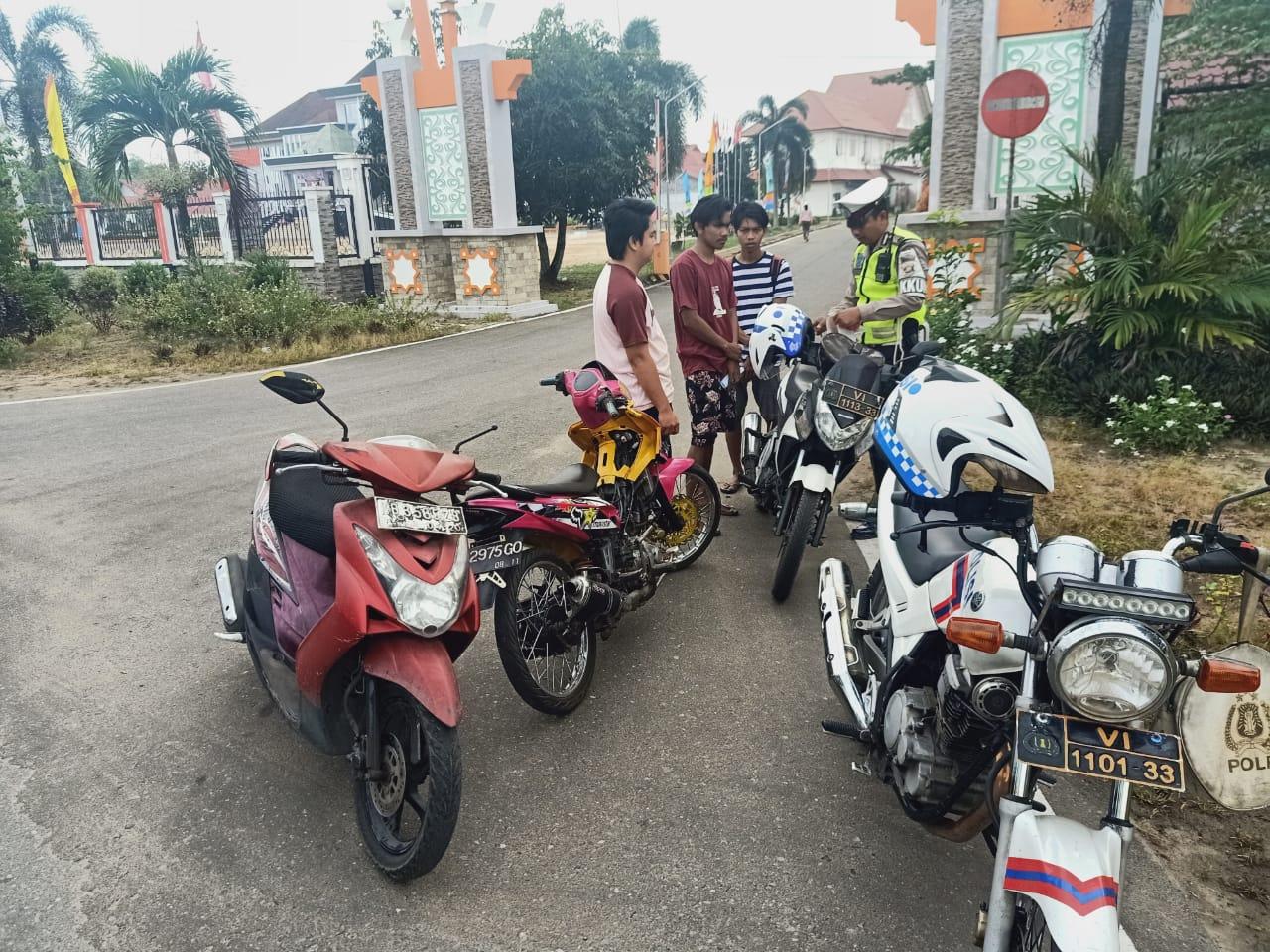Polisi Amankan Pengendara Tanpa Helm dan Menggunakan kenalpot brong