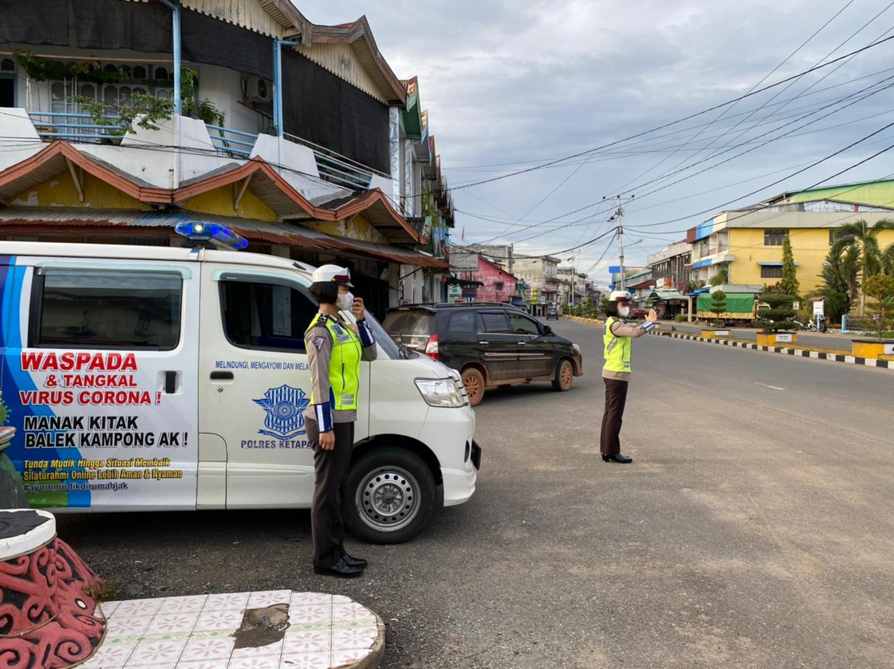 Penerangan Keliling polwan Satlantas Ketapang Berikan Informasi Tertib Berlalu Lintas