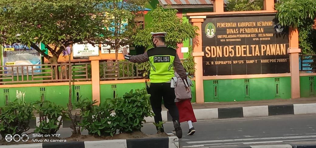 Satlantas Ketapang Bantu Anak Sekolah Menyebrang Jalan