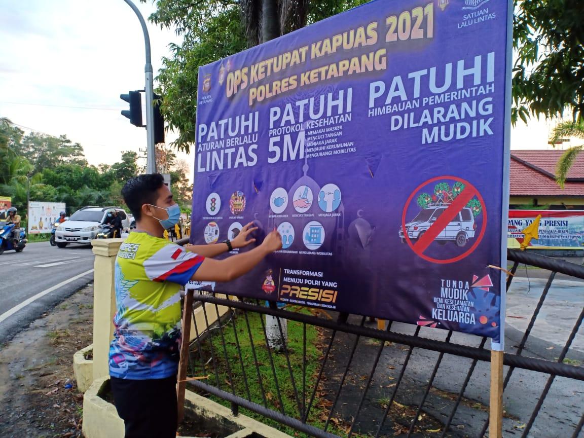 Pemasangan Banner Himbauan Oleh Unit Dikyasa Tentang Ops Ketupat Kapuas 2021