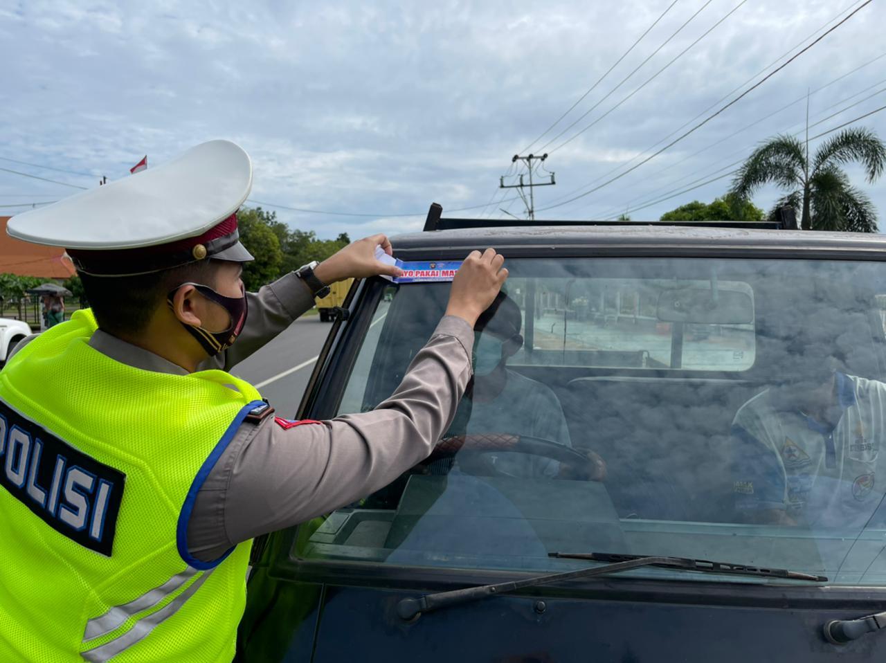 Satlantas Polres Ketapang Sebar Brosur, dan Sticker Tentang Pesan – pesan keselamatan Berlalu lintas