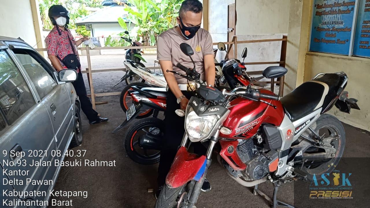 Aiptu Arief Ardianto laksanakan cek fisik kendaraan di samsat Ketapang