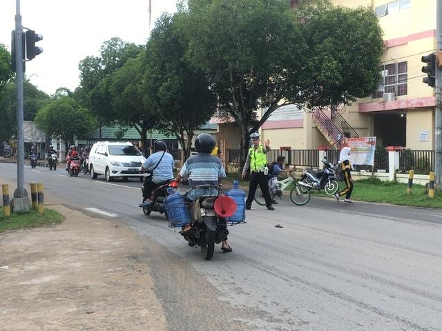 Polisi Bantu Anak Sekolah Menyeberang Jalan