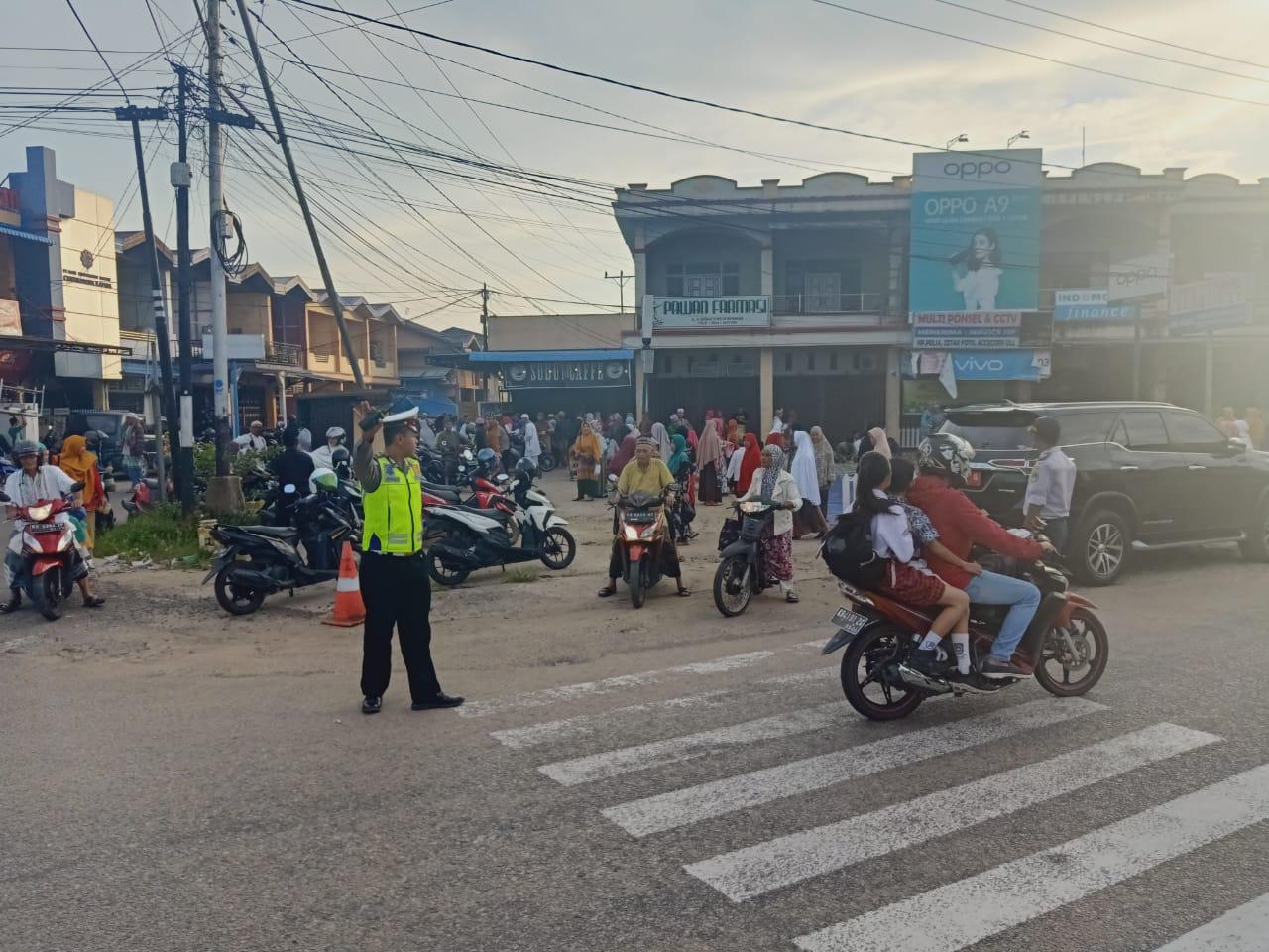 Untuk Keamanan, Polisi Lakukan Pengamanan Pembagian Ketupat Dalam Rangka Hari Jadi Kabupaten Ketapan