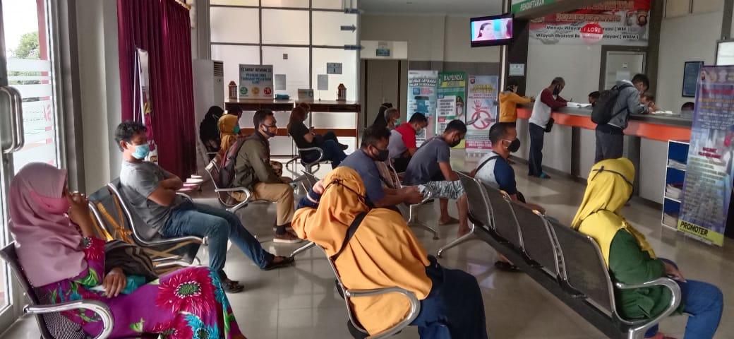 Wajib pajak, jaga jarak saat menunggu antrean di samsat Ketapang
