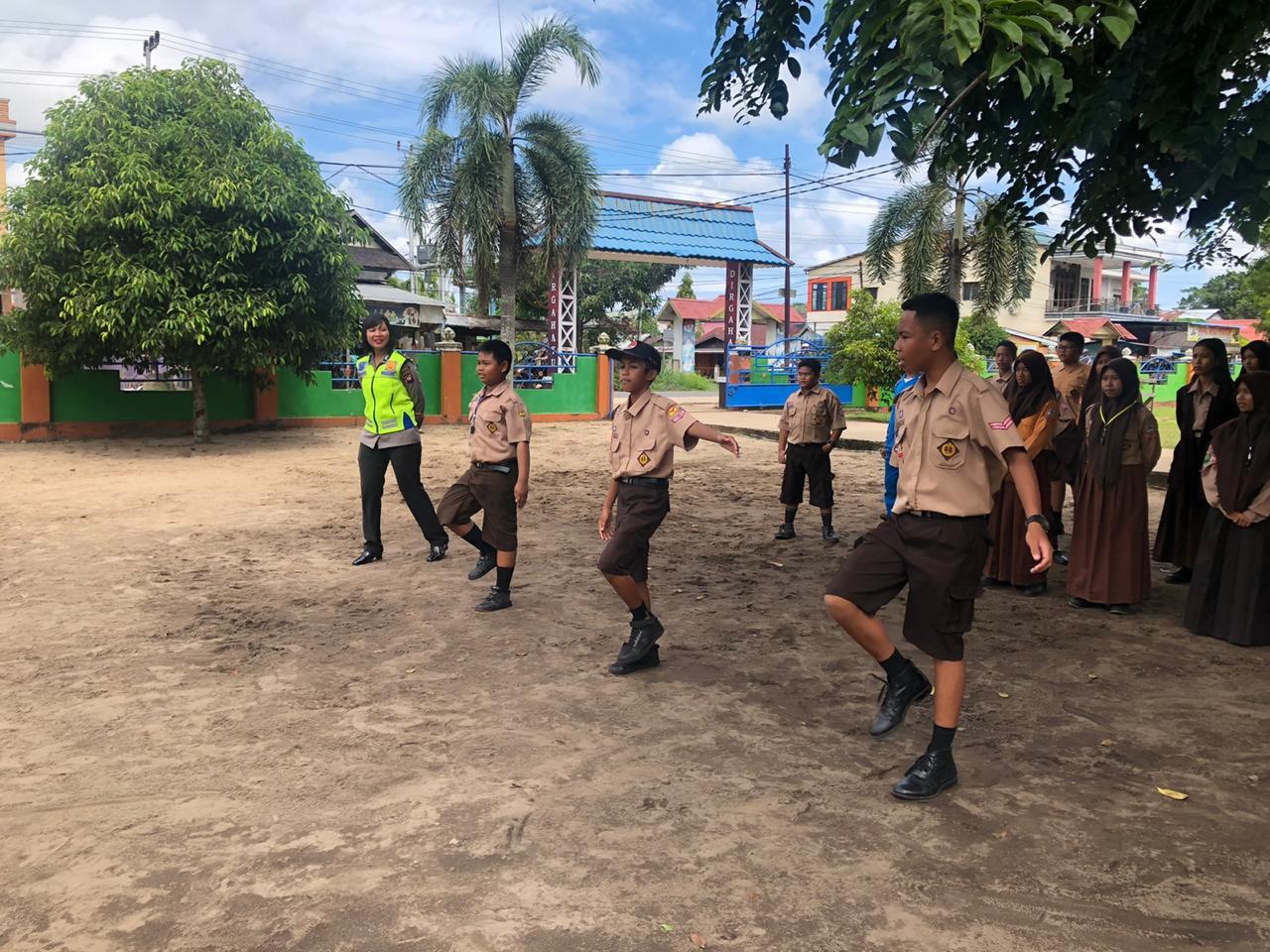 Polwan Cantik Ajarkan PKS di SMP Negeri 3 Ketapang