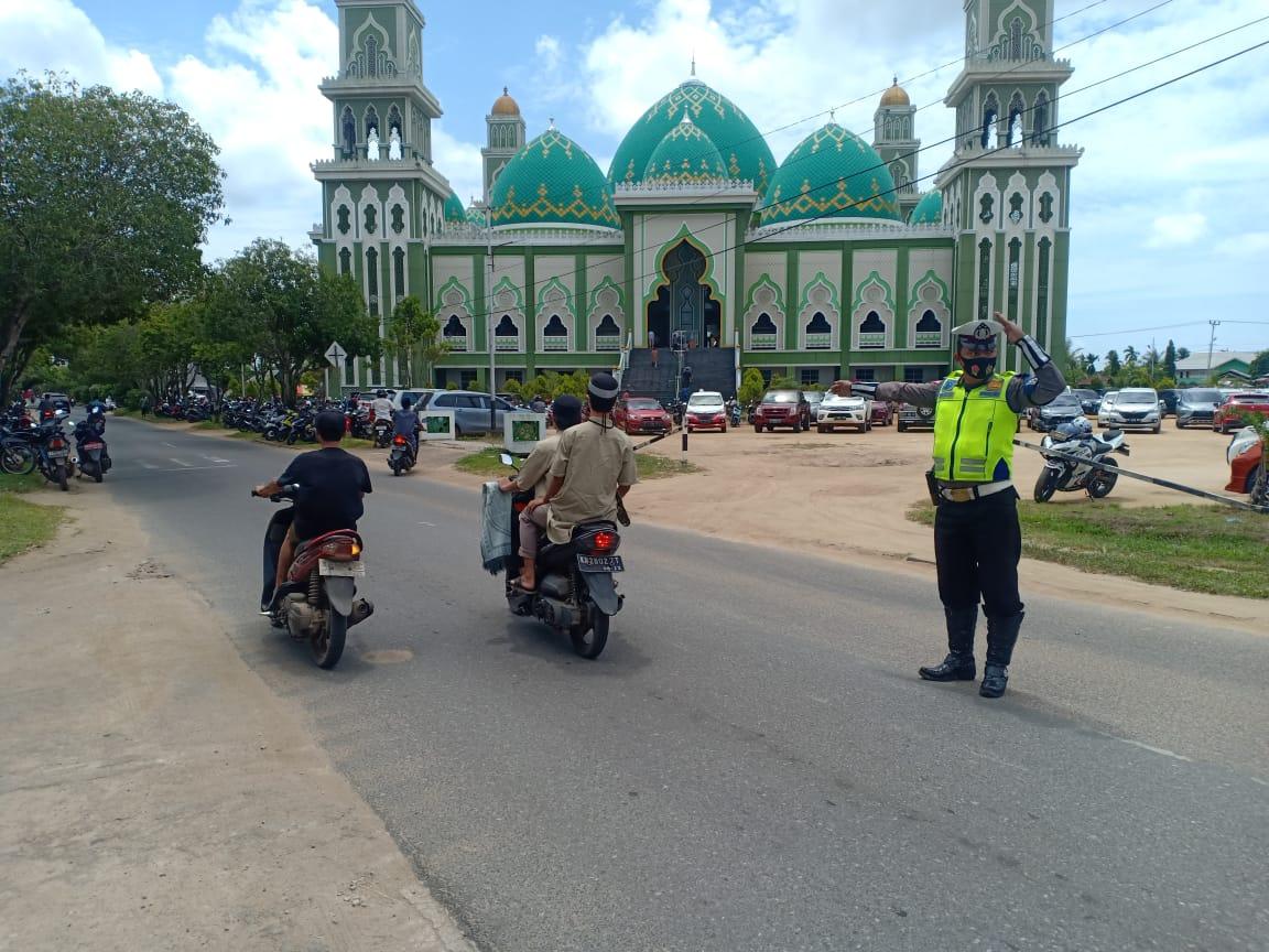 Satlantas Ketapang Pam Sholat Jumat di Masjid Agung Al- Ikhlas