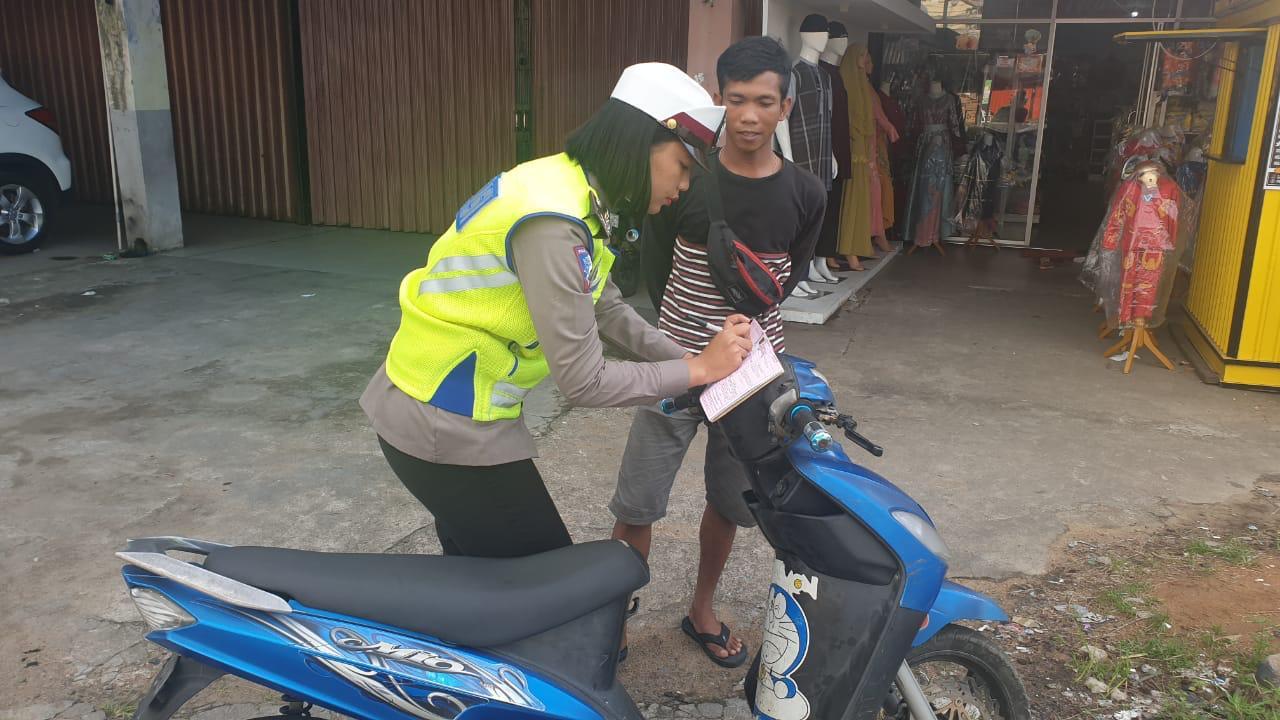 Tak Pakai Helm , Seorang Pemuda Ditilang Polwan