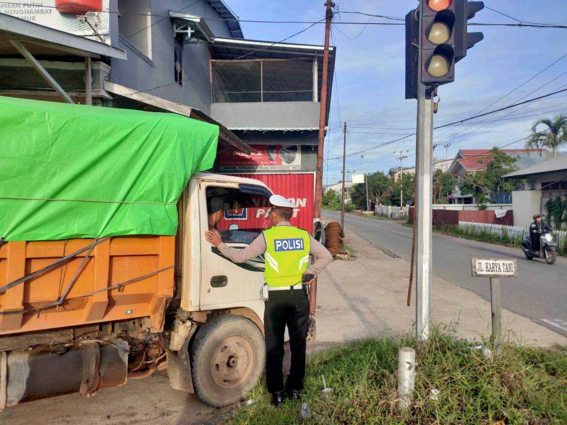 Priitt! Belum Cukup Umur, Bocah Sopir Truk di Ketapang Ditilang Polisi