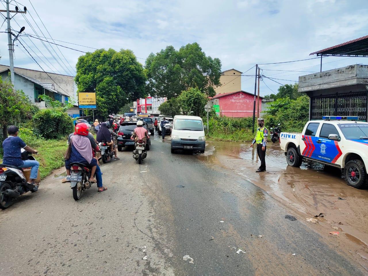 Cuaca kembali hujan jalan licin di kota Ketapang, kurangi kecepatan kendaraan anda