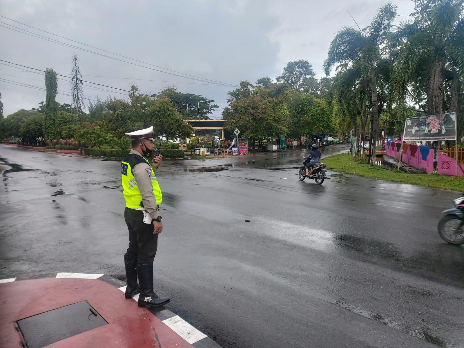 Cuaca sedang hujan dan jalan licin di kota Ketapang, kurangi kecepatan kendaraan anda!!!