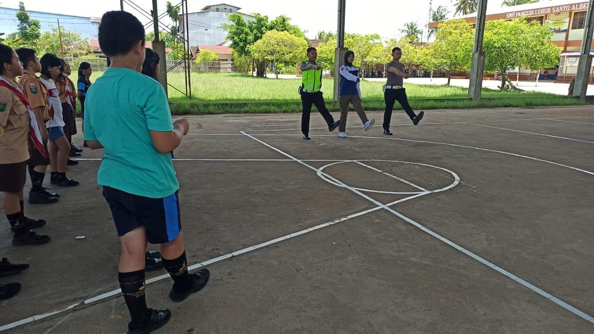 Unit Dikyasa Berikan Pelatihan Gerak Baris Berbaris Kepada siswa siswi SD PL. Santo Yosef