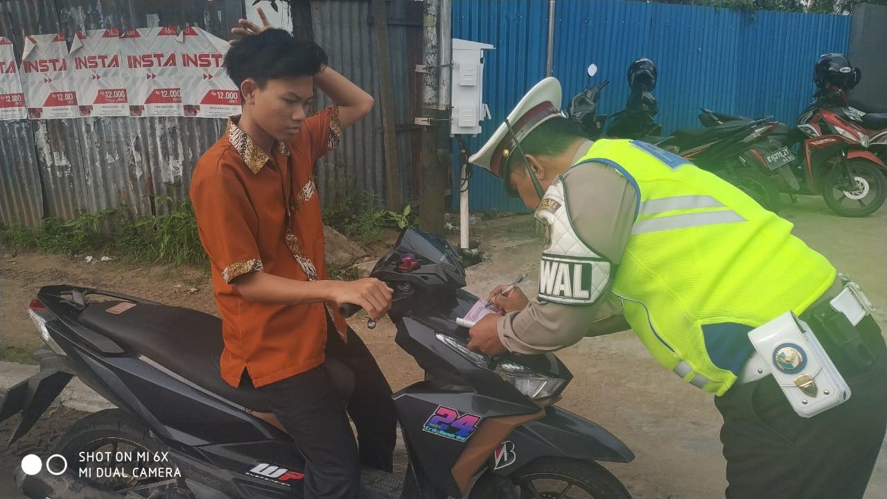Lebih Baik Gunakan Helm SNI, dari pada di Tilang Polisi Lalu Lintas