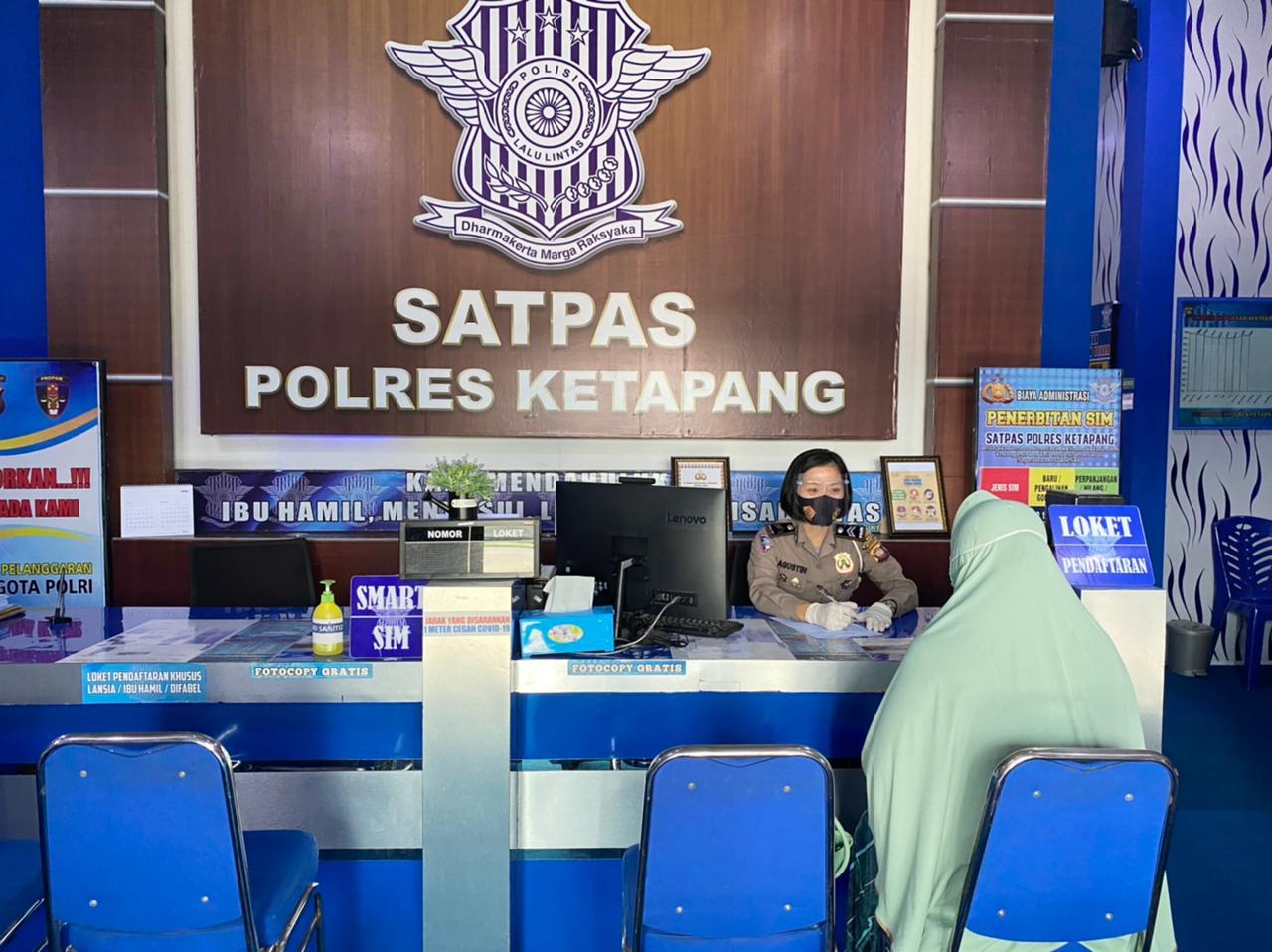 PETUGAS PELAYANAN SATPAS SIM BERIKAN INFORMASI TERKAIT PEMBUATAN SIM BARU MAUPUN PERPANJANGAN SIM