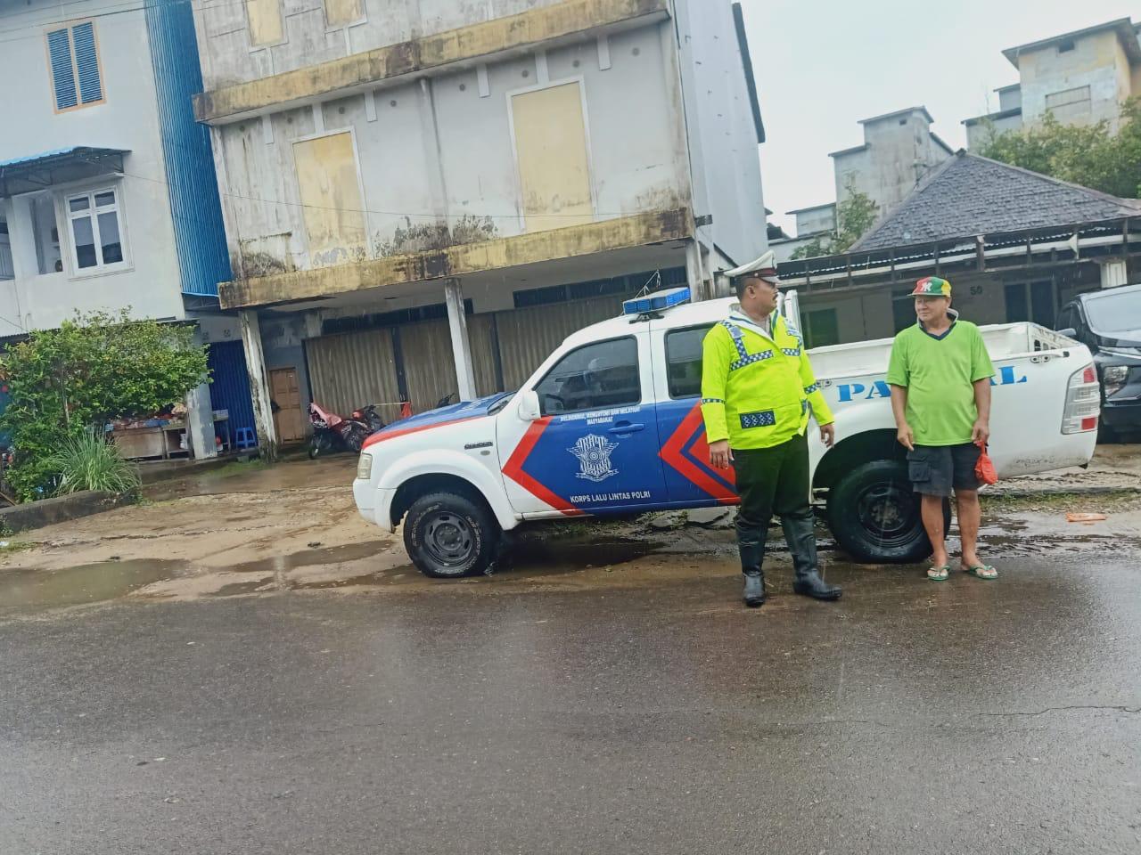 Patroli Satlantas Polres Ketapaang Meberikan Pelayanan Prima Meski Hujan Tetap Mengguyur
