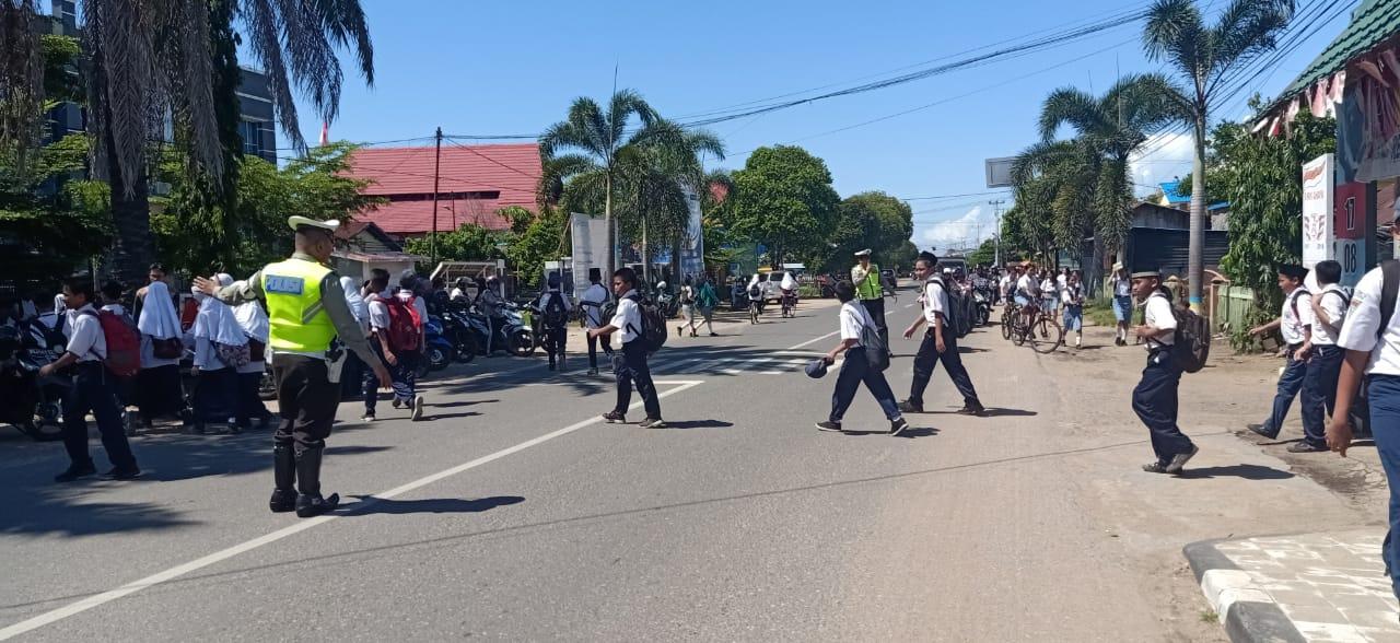 Jam Pulang Sekolah, Sat Lantas Lakukan Pengaturan Antisipasi Kemacetan