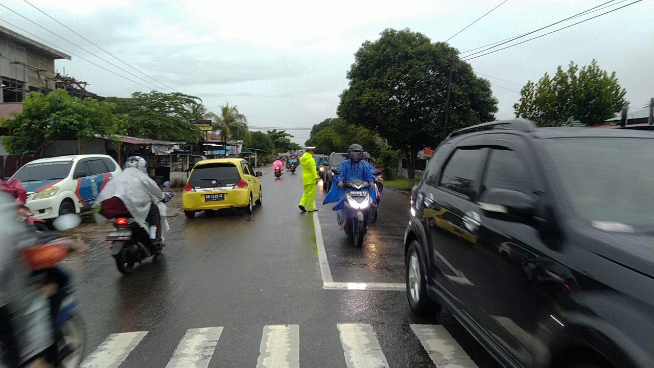 Meski Hujan, Satlantas Polres KetapangTetap Jalankan Tugas