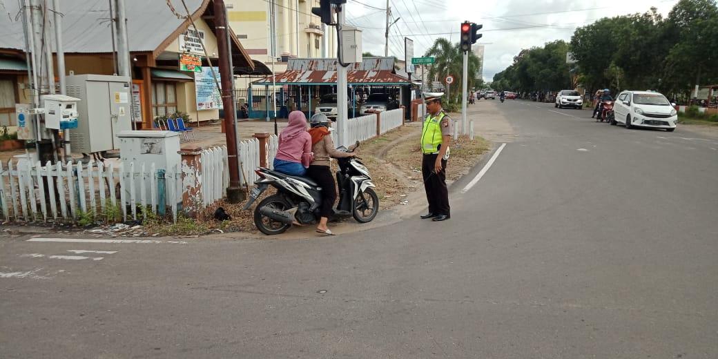 Tak Pakai Helm, Kanit Regident Sat Lantas Ketapang Tegur Pengendara Motor