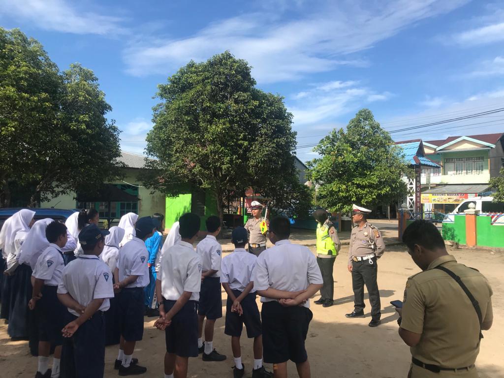 SAT LANTAS POLRES KETAPANG GELAR GIAT POLICE GOES TO SCHOOL