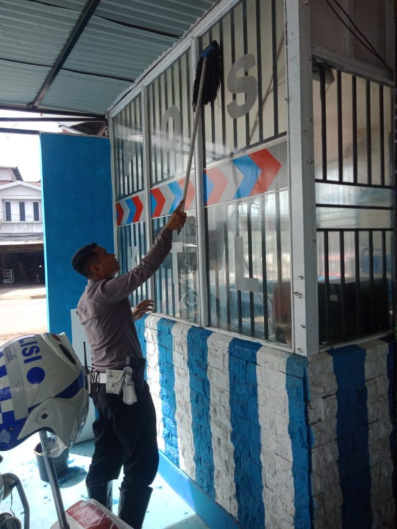 Jum'at bersih Sat Lntas Polres Ketapang ciptakan rasa nyaman di lingkungan Pos Penjagaan