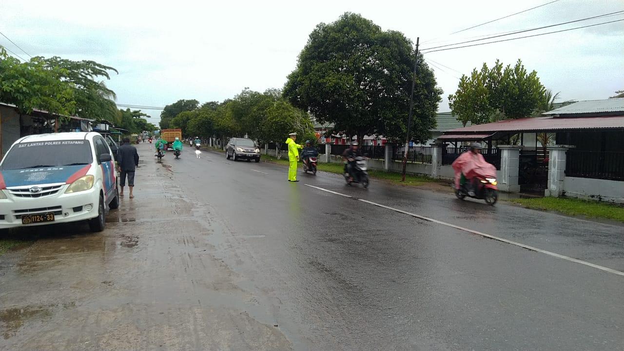 Di Guyur Hujan Deras, Anggota Satlantas Polres Ketapang Tetap Bertugas Mengatur Lalu Lintas