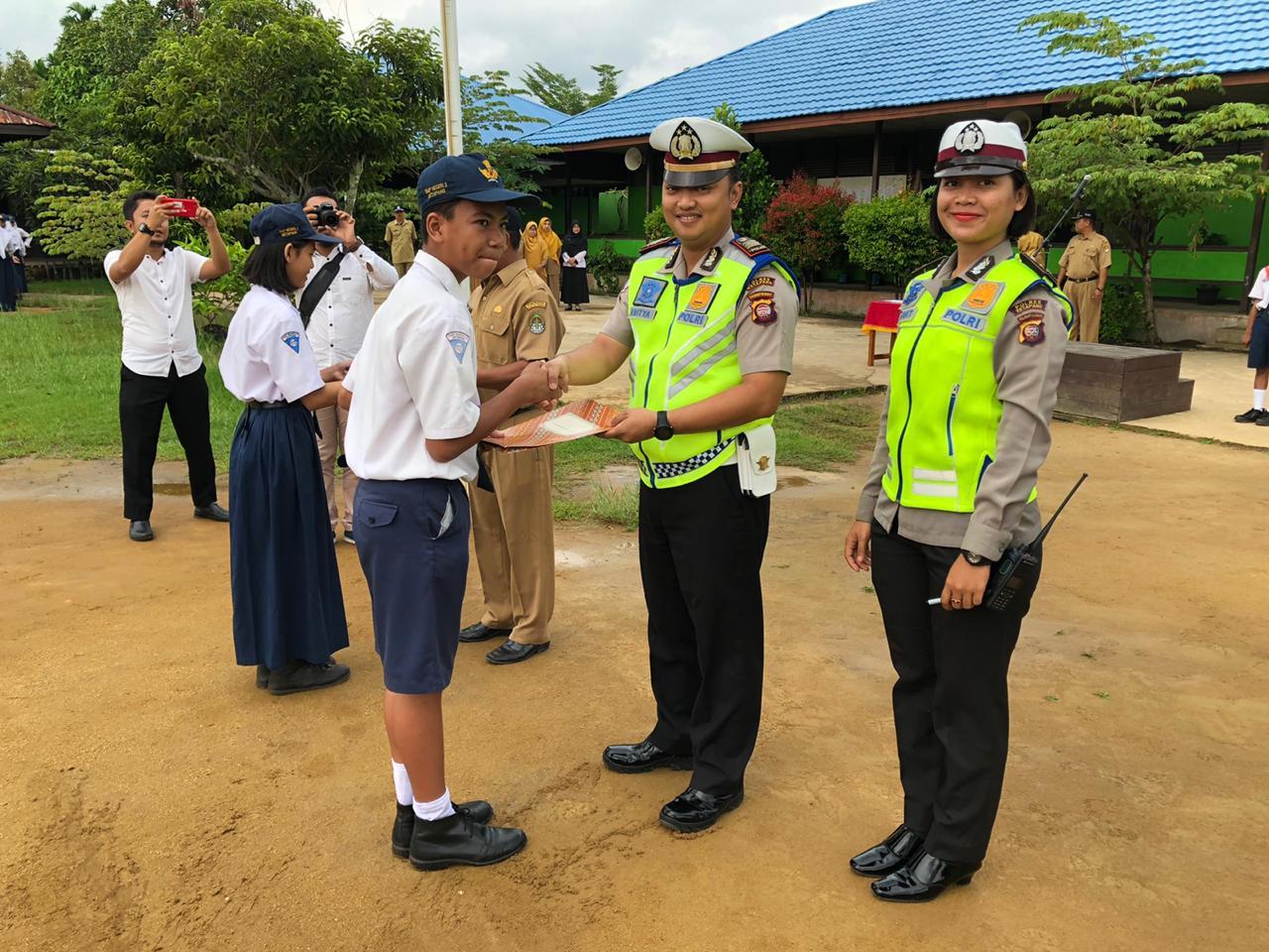 Anggota Patroli Keamanan Sekolah SMP N 3, Dikukuhkan Satlantas Polres Ketapang