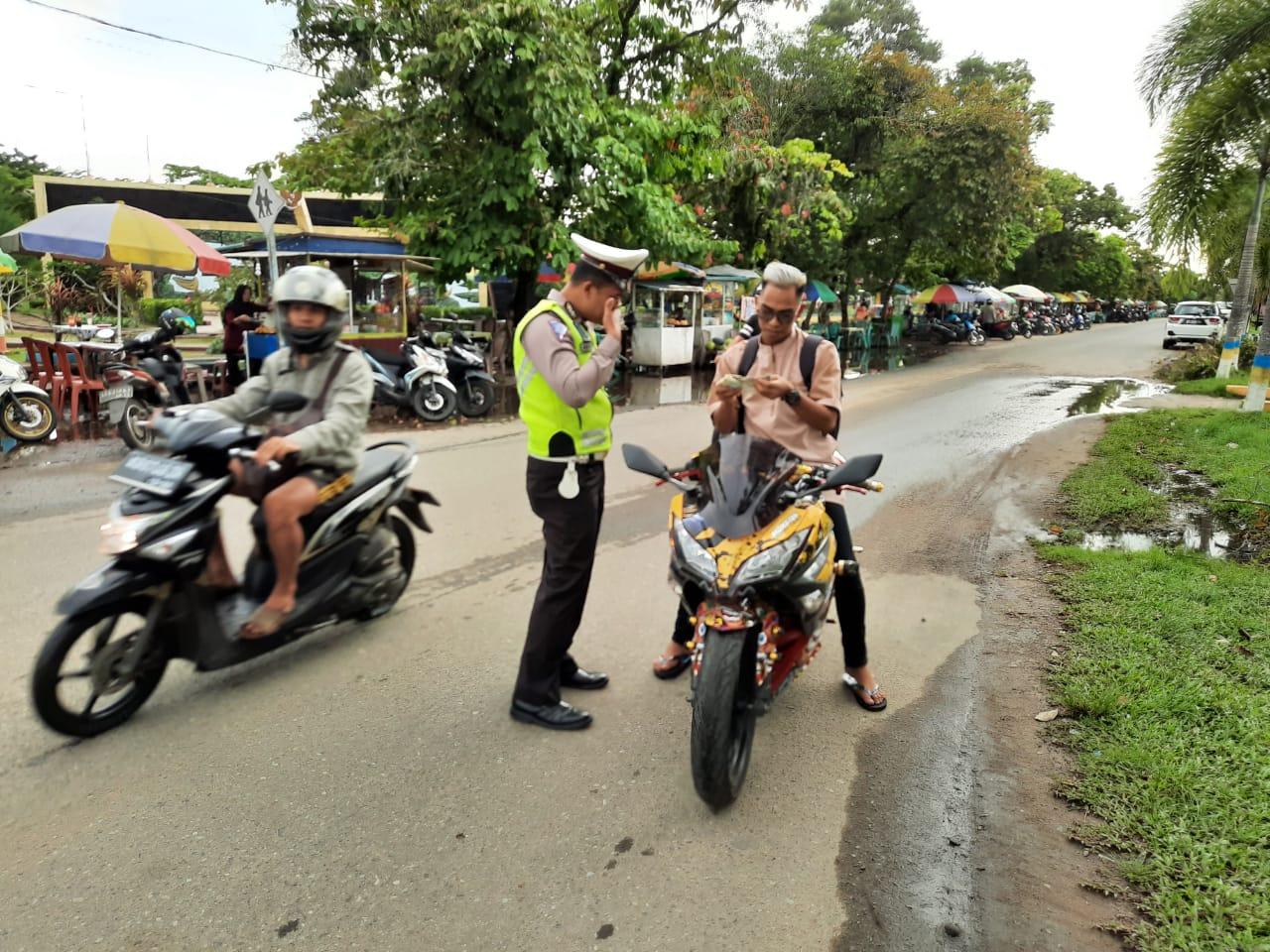 Tak Hanya Atur Lalu Lintas, Petugas juga Sering Tegur Pengendara tak Pakai Helm