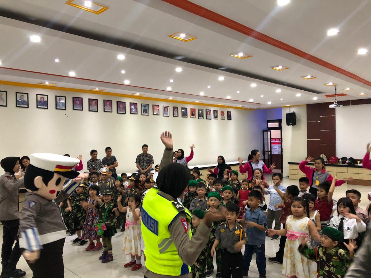 Sat Lantas Polres Ketapang Kenalkan Badut Polin Kepada anak murid TK Maitreyawira