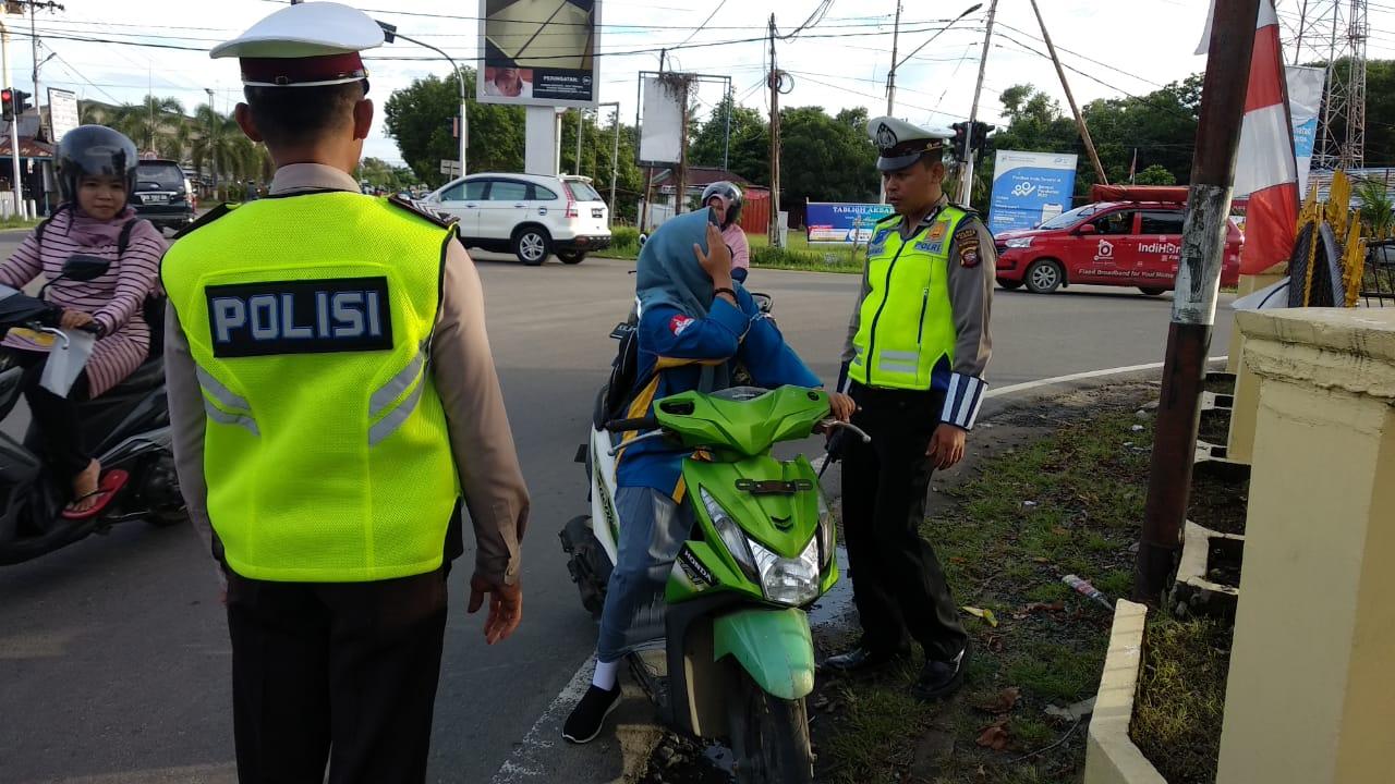 Naik Motor Tak Pakai Helm di Depan Polisi yang Gatur Lalin, Remaja Ini Ditilang