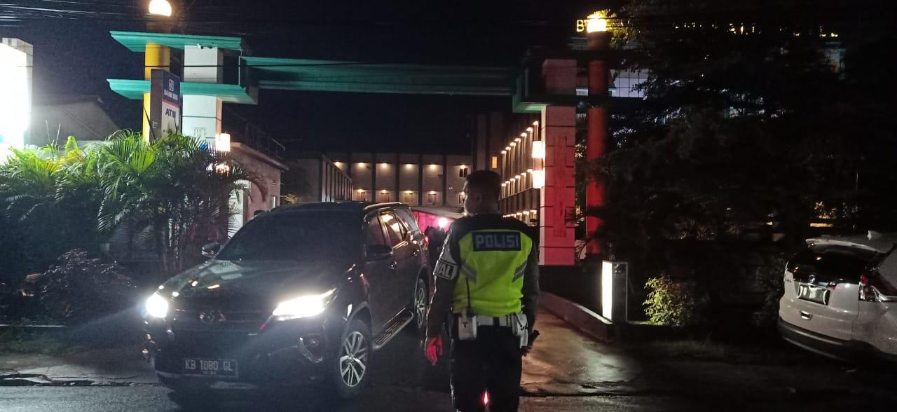 Anggota Satlantas Polres Ketapang melaksanakan pos malam minggu