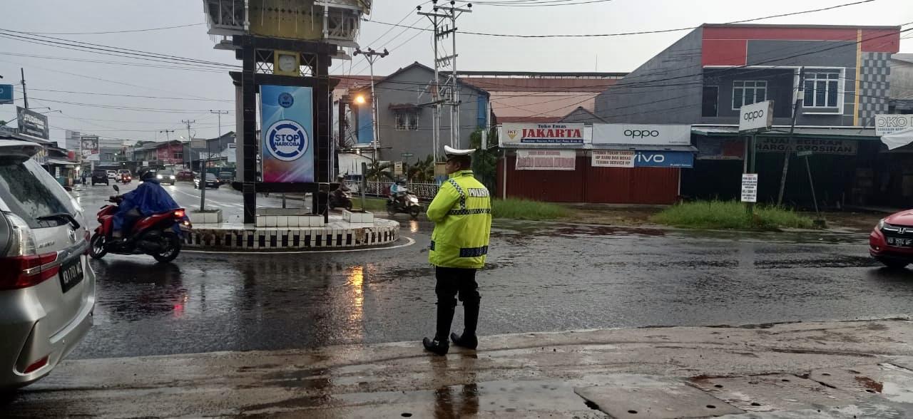 Hujan Mengguyur Hampir Seluruh Kota Ketapang dan Polantas Tetap Berada di Jalan Raya