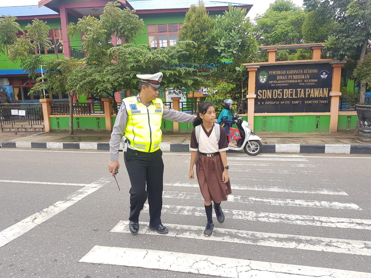 Atur Lalu Lintas Pagi, Satlantas Bantu Anak Sekolah Nyebrang Jalan