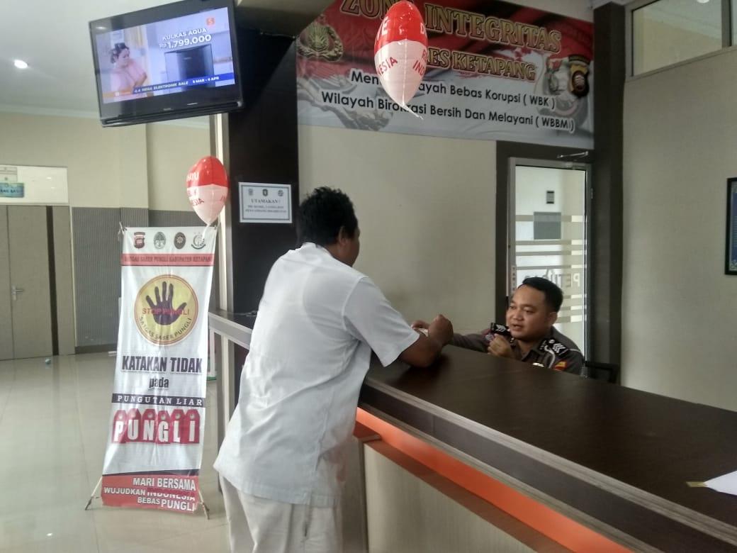 Saling Senyum di Loket I Pendaftaran Kantor Samsat Ketapang