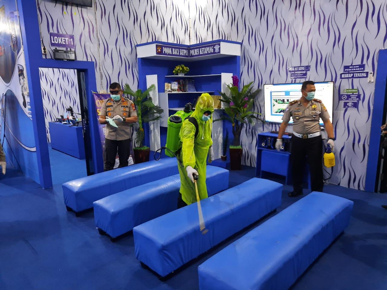 Sat Lantas Polres Ketapang Lakukan Penyemprotan Desinfektan Ruangan Layanan Publik