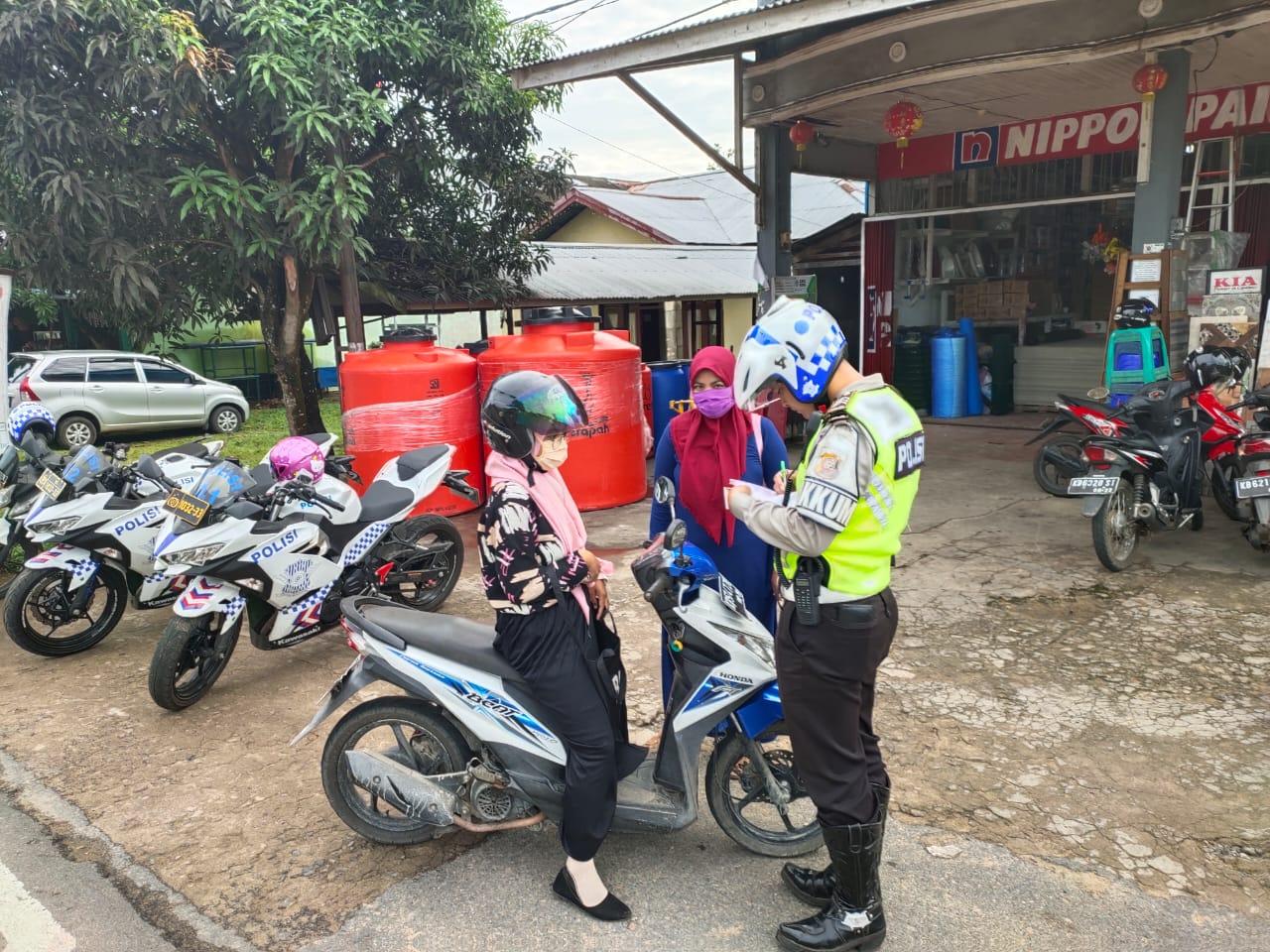 Anggota Satlantas Polres Ketapang Tilang Pengendara tanpa Helm