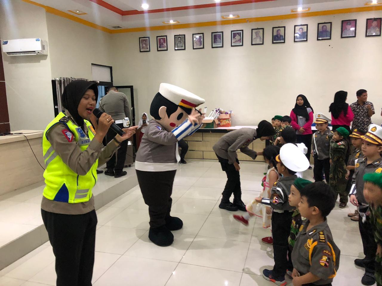 Edukasi Dini , Polisi Sahabat Anak Anak Ajari Anak TK Maitreyawira Tertib Lalin