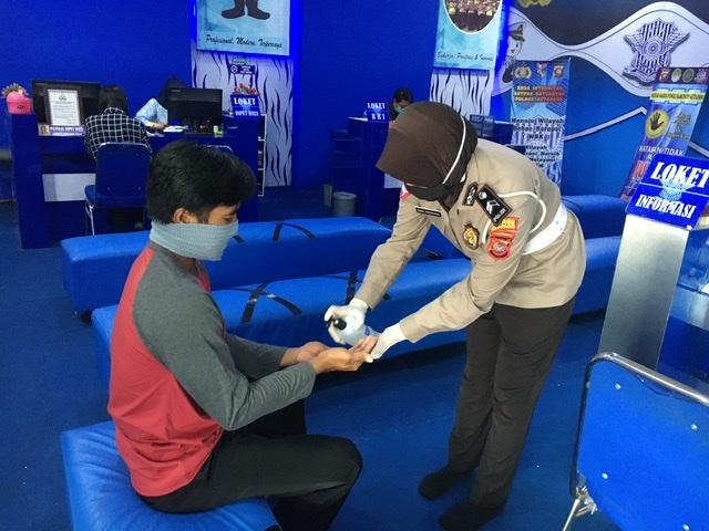 Rutin Berikan Handsanitizer kepada Pemohon SIM, Pelayanan SIM Satlantas Ketapang Bantu Cegah Virus C
