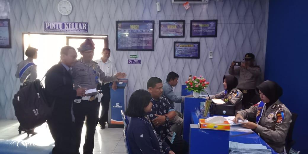 Penilaian Pelayanan Satpas oleh tim RBP polda dan akademika Mahasiswa Untan Pontianak