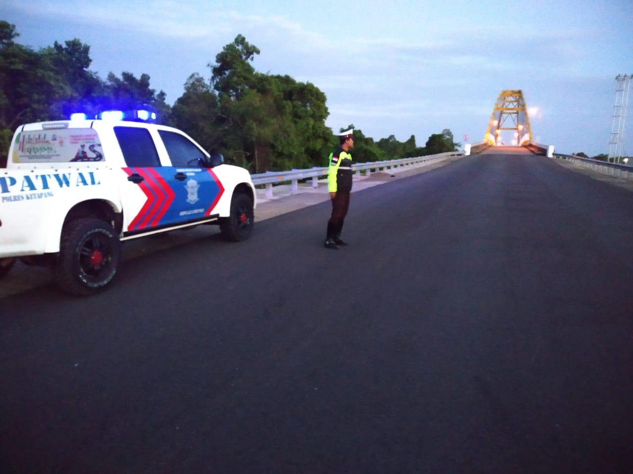 Di Jembatan Kuning Personil Satlantas rutin laksanakan patroli subuh antisipasi balap liar.