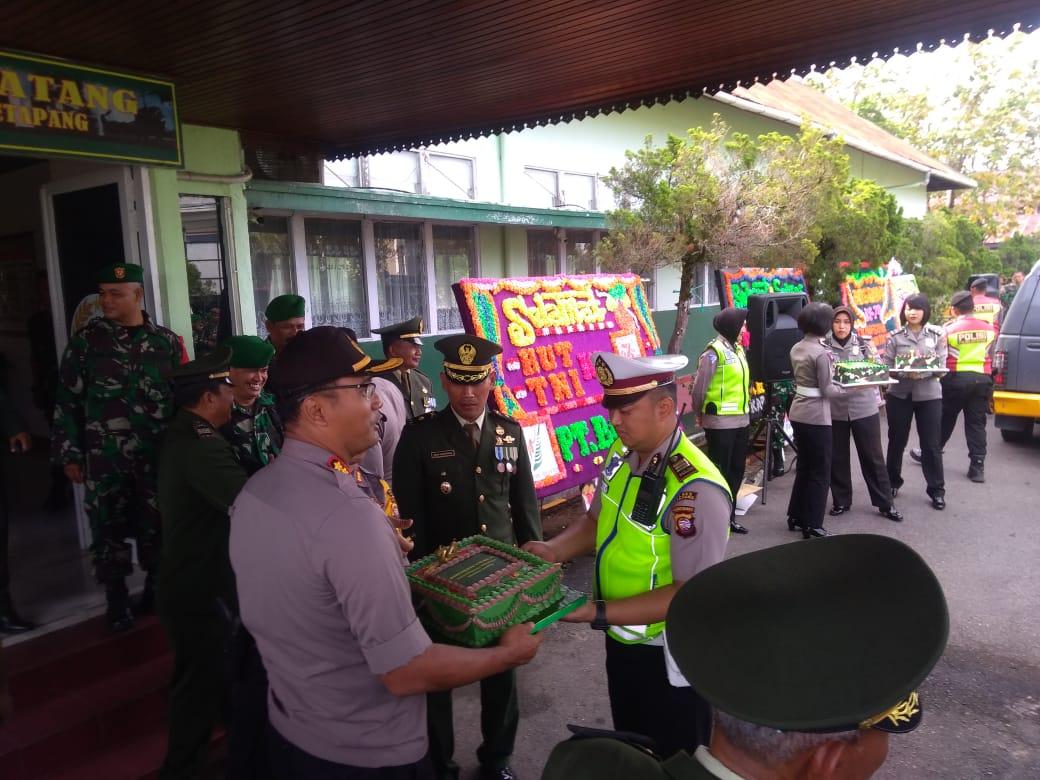 MENJALIN SINERGITAS TNI POLRI DALAM HUT TNI KE 74 DI MAKODIM 1203 KAB.KETAPANG