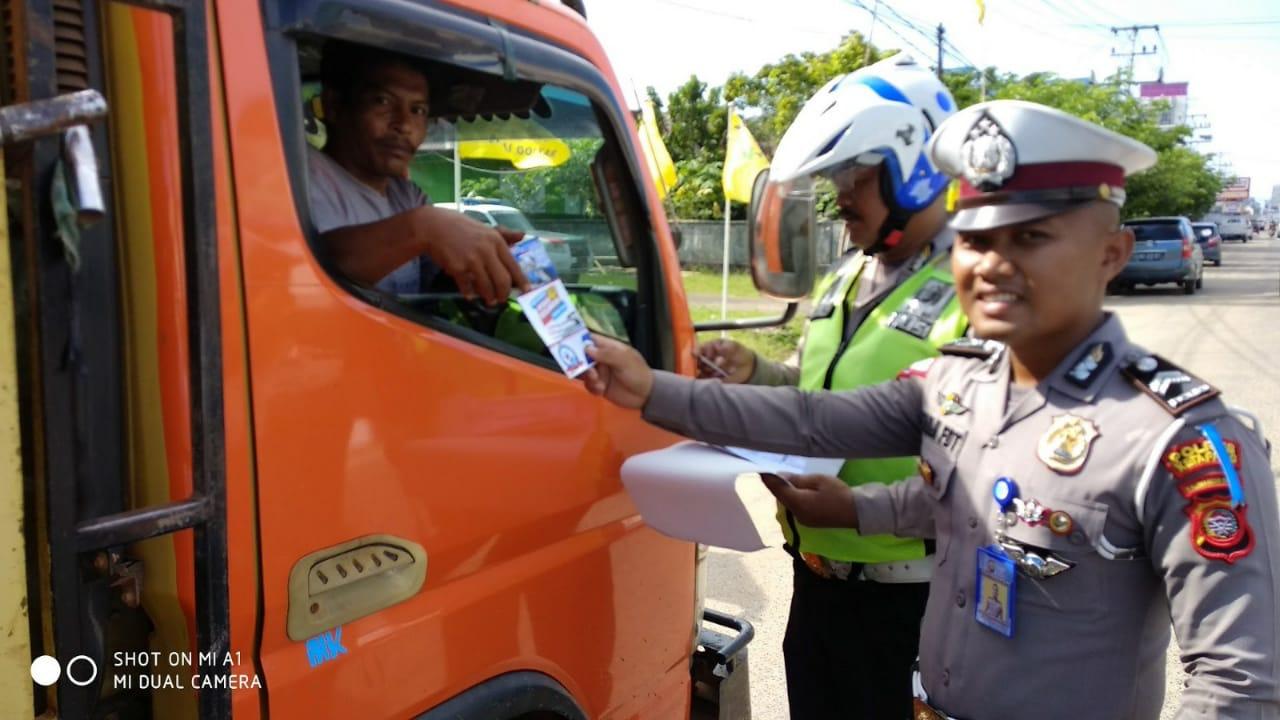 Polantas Polres Ketapang Polda Kalbar himbau pengemudi angkutan umum dan barang untuk tertib berlalu