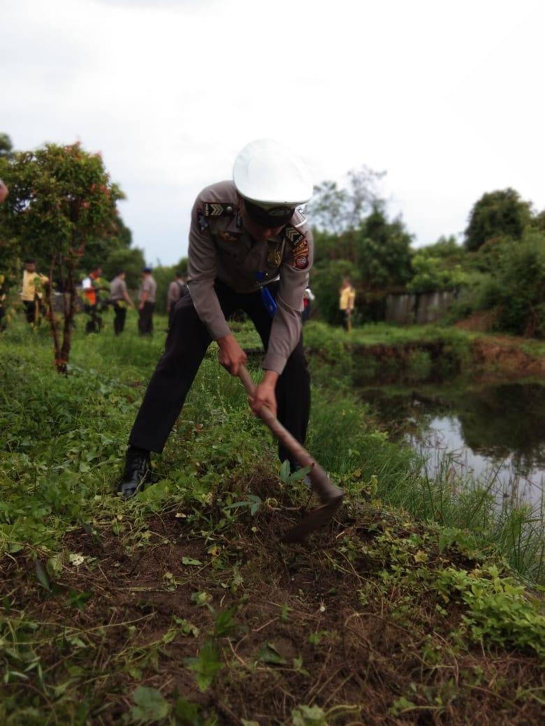 Polantas peduli lingkungan, giat penanaman pohon di Mako Polres Ketapang.