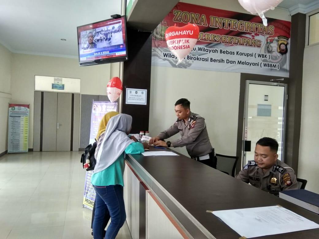 Petugas pelayanan Samsat Bripda Agusfa memberikan petunjuk administrasi mengurus pajak kendaraan