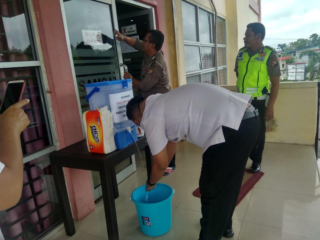 Menyikapi surat edaran Bapeda Kalbar tetang jam pelayanan, usai jam pelayanan petugas lakukan upaya