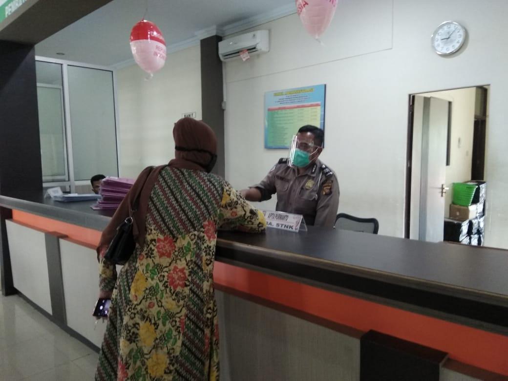Penyederhanaan loket pelayanan memudahkan masyarakat mengurus surat kendaraan di samsat ketapang.