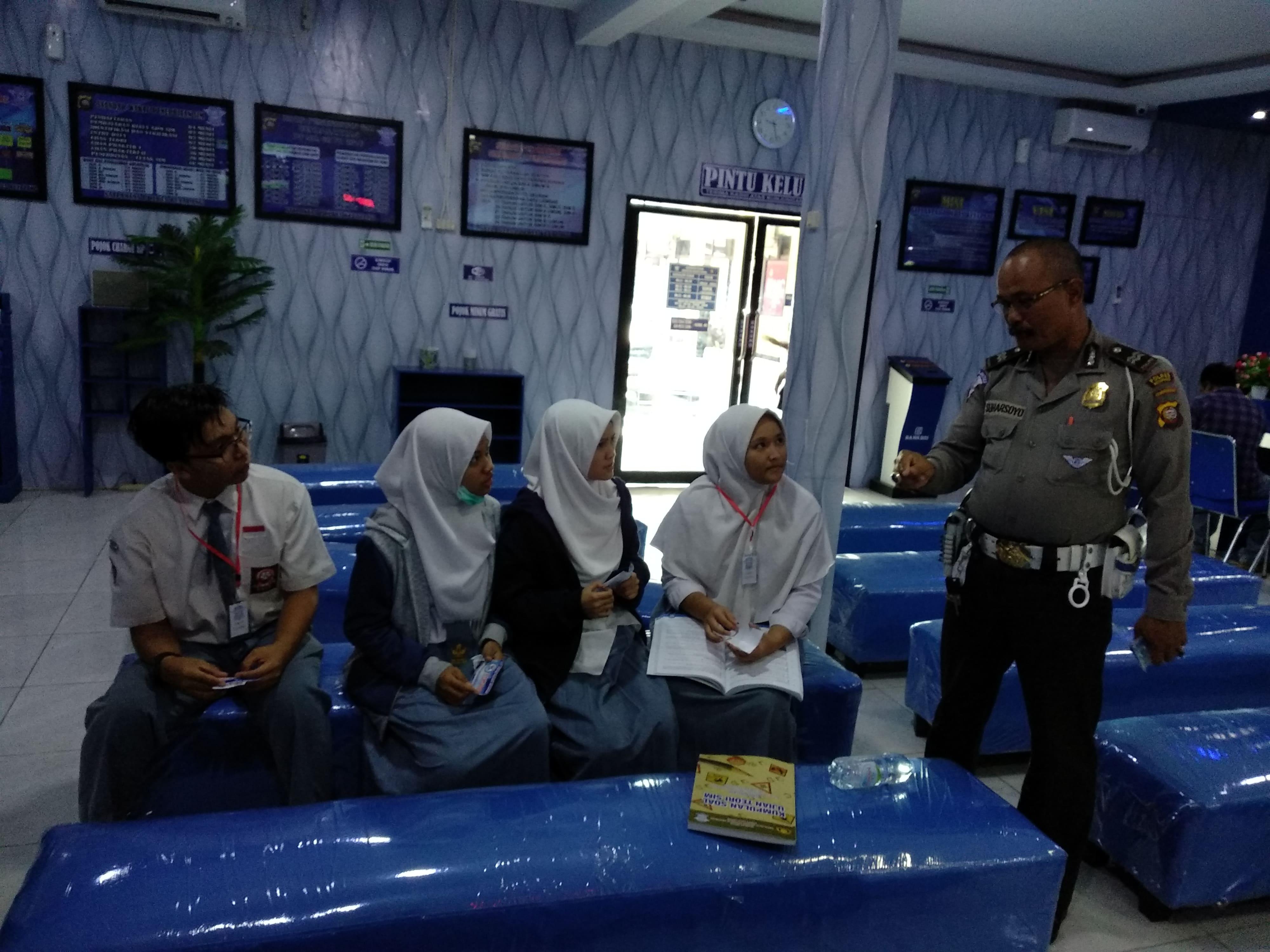 Kampanye keselamatan kepada pelajar yang hendak membuat SIM