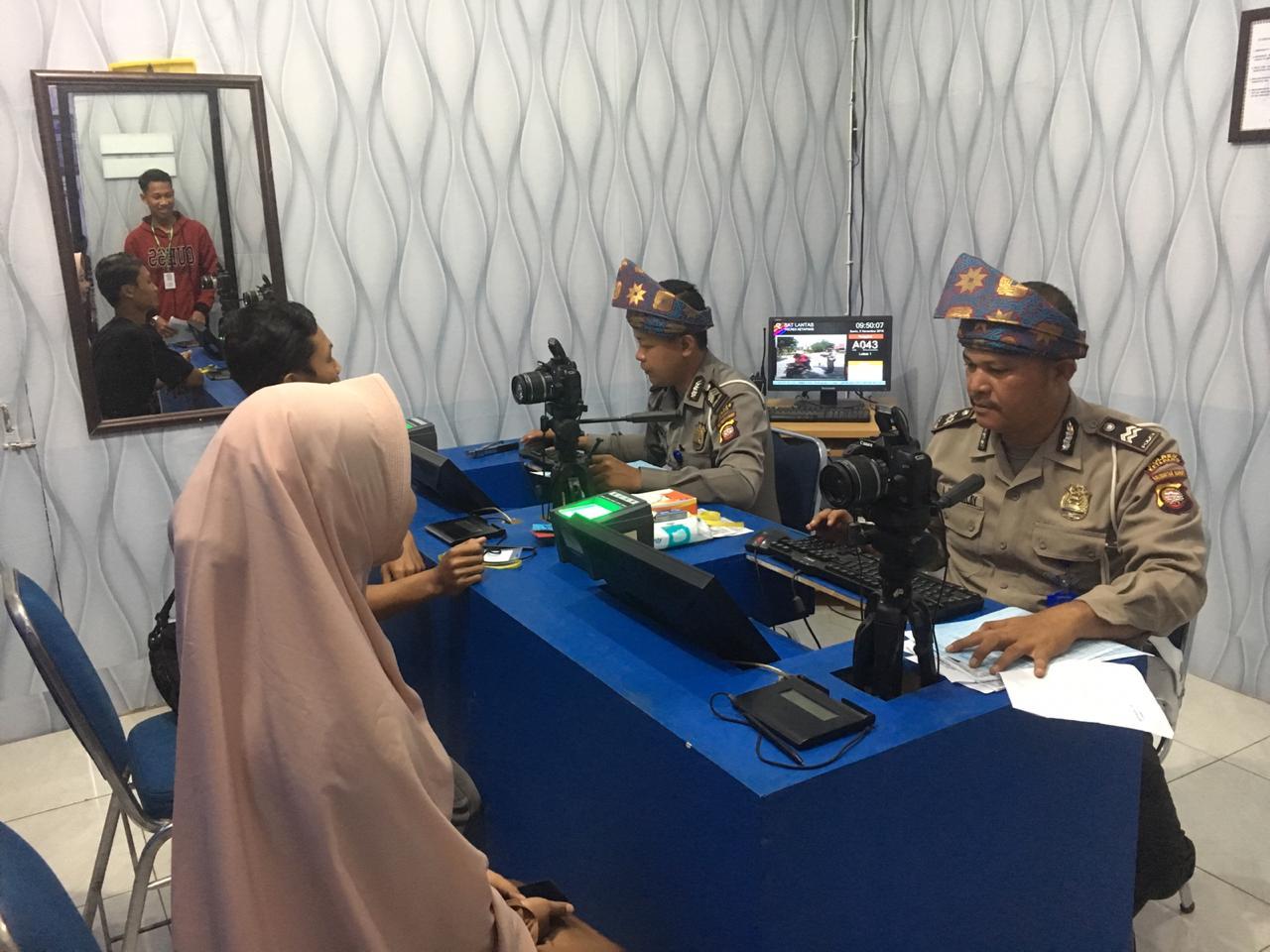 PROSES IDENTIFIKASI DATA SIM PADA PELAYANAN SATPAS SIM POLRES KETAPANG