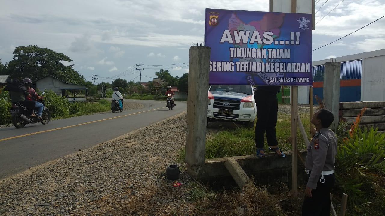 Pemasangan Banner Himbauan Oleh Unit Dikyasa Didaerah Rawan Laka Lantas