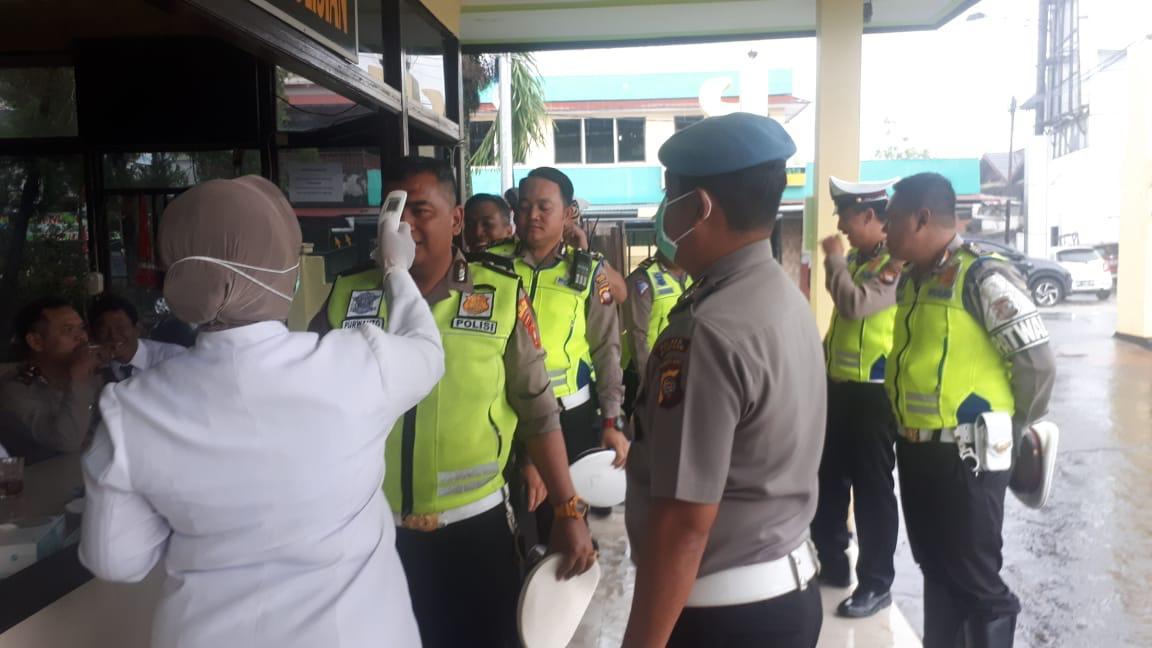 Cegah Corona, Satlantas Polres Ketapang Cek Suhu Tubuh Personilnya Di Mako Polres Ketapang